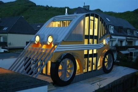 Dziwny dom w kształcie samochodu