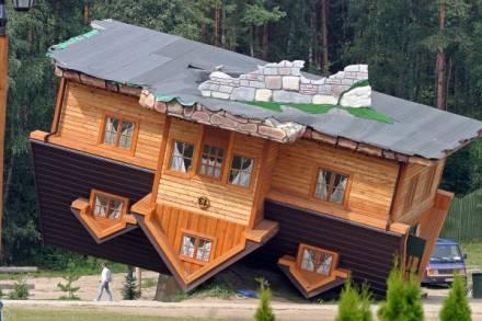 Dom stojący na dachu - Polska